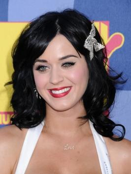 Katy Perry Wavy Hairstyle with Hair Clip