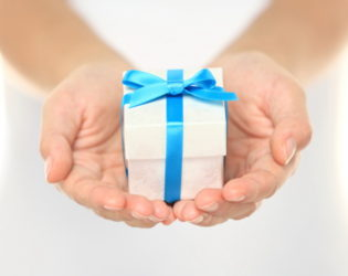 10 Creative Engagement Gift Ideas for Couples